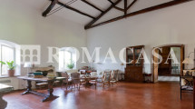 Sala con camino Villa Aurelia -ROMACASA+