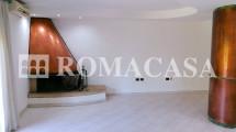 Sala con Camino Appartamento Castel di Leva - ROMACASA